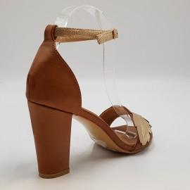Nu-pied camel à talon, orné d'une feuille dorée